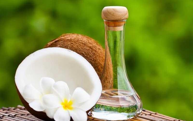 Cara menghilangkan tumit pecah pecah dengan minyak kelapa